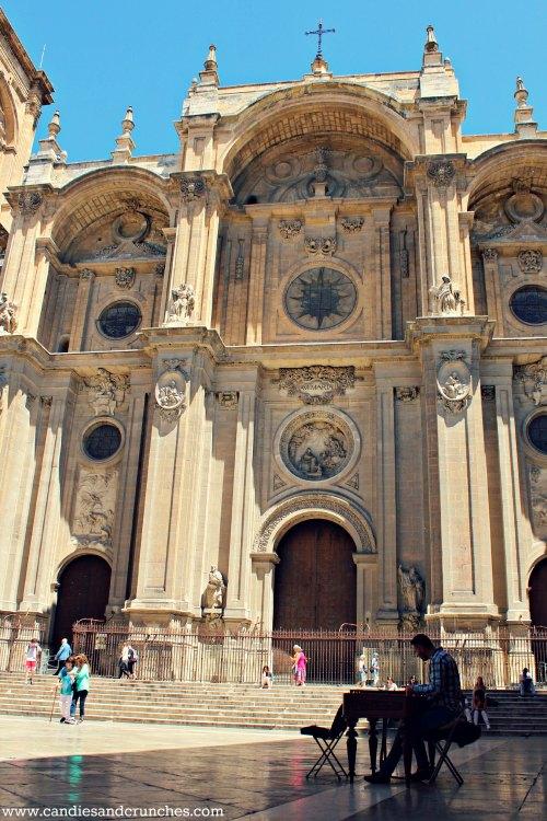 Artist in front of Catedral de la Anunciacion